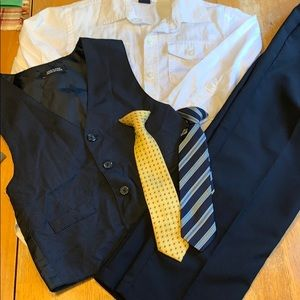 Boys suit set in good condition w/ two clip on tie